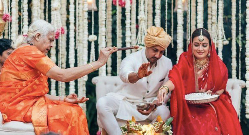 A female priest performs Dia Mirza's marriage rituals